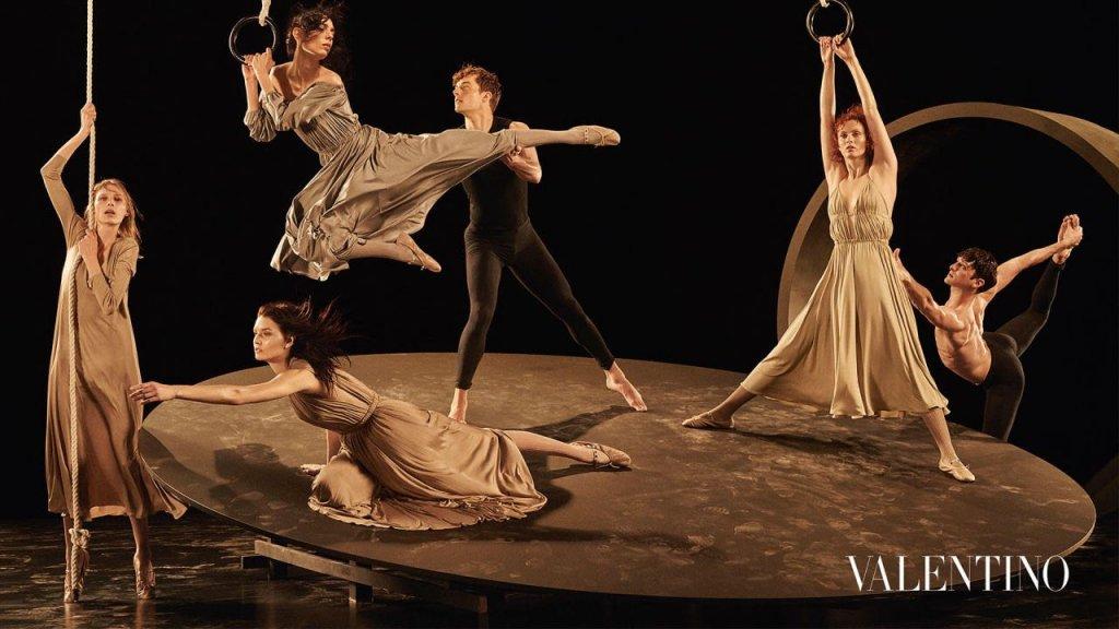 Si ispira alla danza la campagna pubblicitaria Valentino Autunno-Inverno  2016-2017 02202b1e5b2